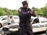 《长大后2》搞笑片段 警察奥尼尔不务正业唱嘻哈
