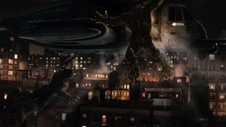 绿怪物吊在了罗斯乘坐的直升机上浩克与他在空中纠缠