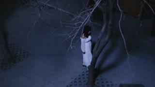 玲珑井:白衣女子走到古井旁边  诡异的气氛萦绕整个院子