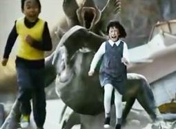 《汉江怪物2》首曝片段 巨型猛兽扒车追逐袭击