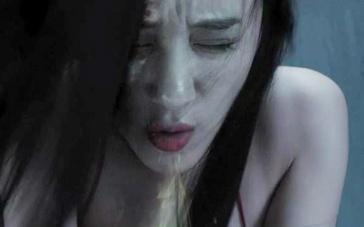 《荒村凶间》曝终极预告 小鲜肉床笫被吸干阳气