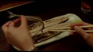 手工剔除秋刀鱼的骨头 看起来简直太美味了