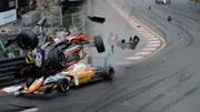 赛车失控飞入记者区 5人受伤