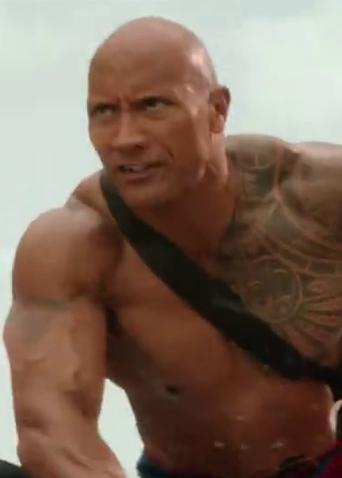 《海滩游侠》片段:强森、埃夫隆危险救援撞破阴谋