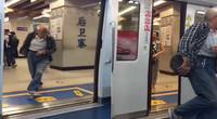 大爷最后一秒为赶上地铁抛弃妻子 网友:夫妻本是同林鸟地铁将开各自飞