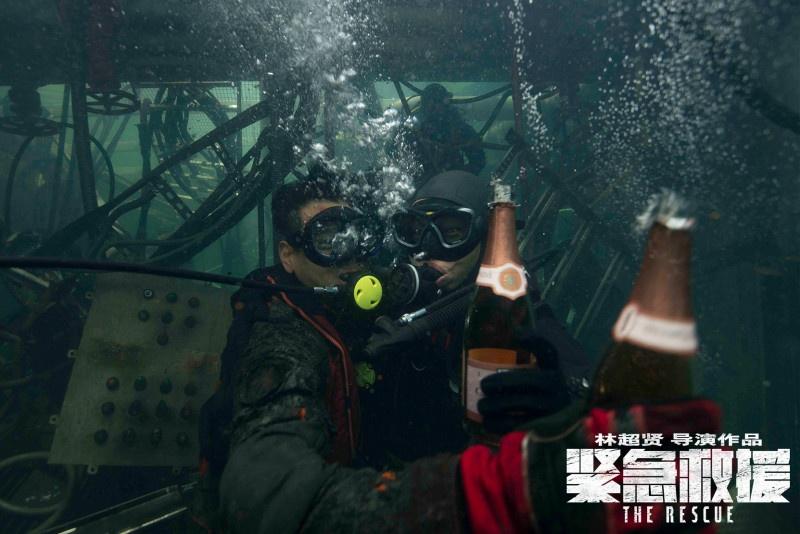 《紧急救援》杀青 彭于晏海底开香槟庆祝