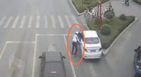 监拍:女司机人行道前突发疾病致车辆失控 交警小跑上前踩刹车