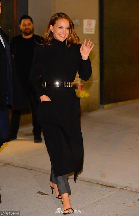 组图:娜塔莉·波特曼通告不断频繁换装 束腰大衣女神范十足