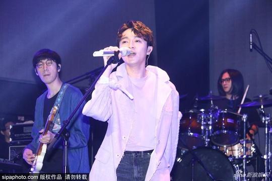 组图:吴青峰台北出席活动 身着淡紫色外套激情献唱