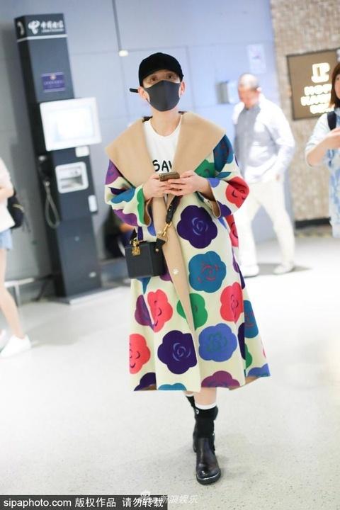 組圖:陳喬恩素顏穿花外套造型一言難盡 機場與狗仔躲貓貓玩互拍