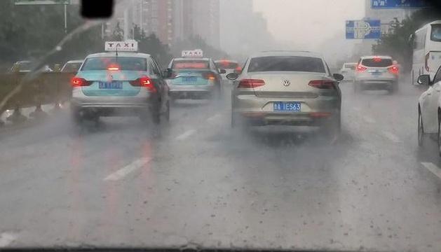 """濟南上演""""隔山雨""""千佛山東路面干燥 千佛山西大雨滂沱"""