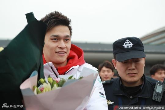全國冠軍賽孫楊抵達青島 泳迷瘋狂追捧
