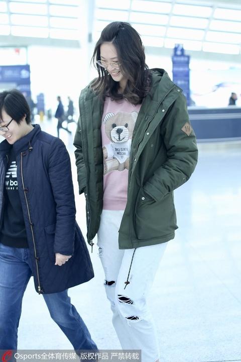 惠若琪破洞装亮相机场 心情大好长腿吸睛