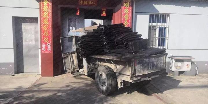 拖拉机为避让电动车 冲进路边村民家