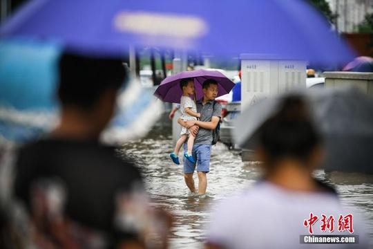 天津遭遇強降雨 民眾涉水出行