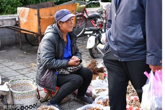 內蒙古呼倫貝爾:氣哭南方人 商販三伏天穿羽絨服御寒賣菜