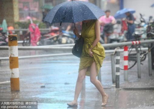 江苏南通:台风带来大风大雨 市民出行受影响