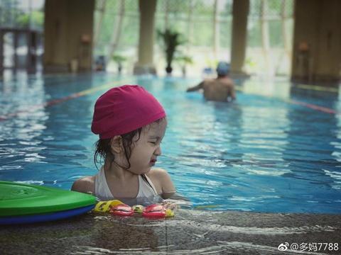 组图:多妹游泳游不动了想上岸 委屈巴巴求助妈妈孙莉