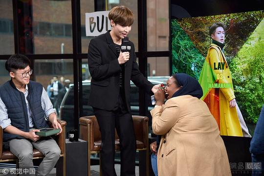 張藝興紐約宣傳新專輯 女粉絲跪地用糖求婚