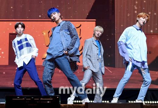 组图:韩男团VERIVERY新专辑发布会 七成员阳光帅气