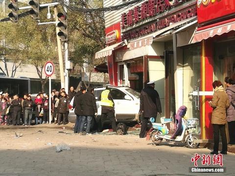 河南郑州:汽车冲进包子店致1死8伤