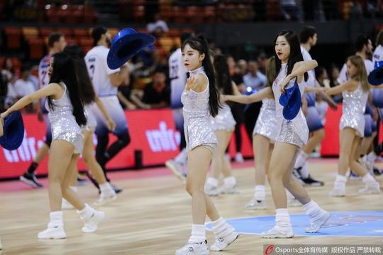 啦啦队宝贝热舞助威中国男篮