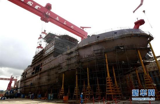 """我国第一艘自建极地科考破冰船""""雪龙2""""初现"""