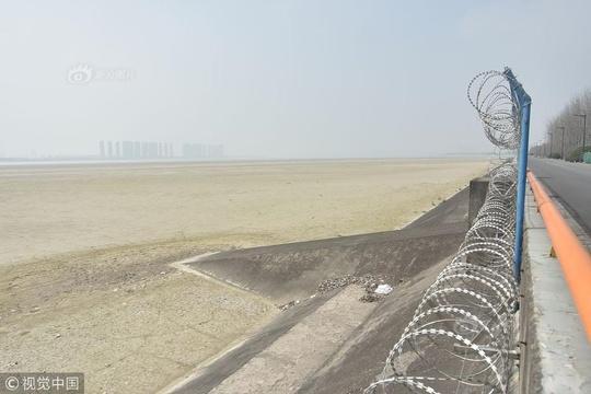 杭州錢塘江下沙沿岸顯露灘涂 江面出現幾十公里沙坎數年未見