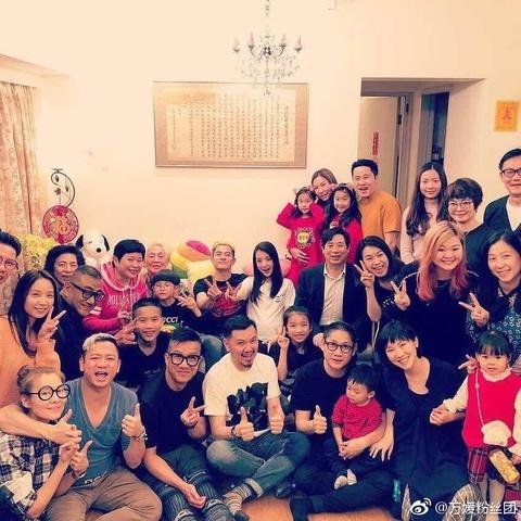 组图:郭富城携娇妻参加好友聚会 方媛甜笑俏皮比V孕肚明显