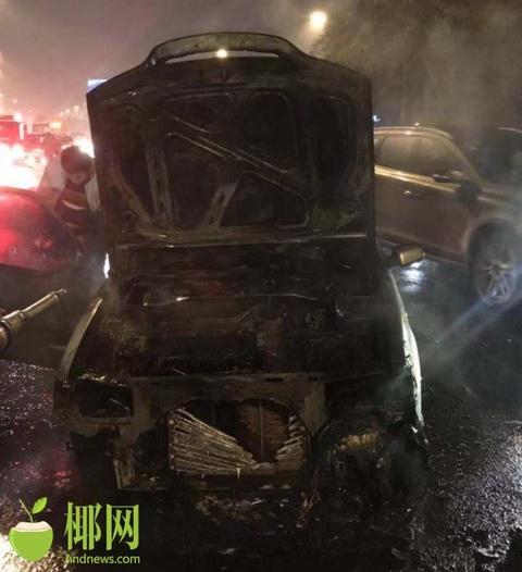 海口街头一私家车前车盖突然着火