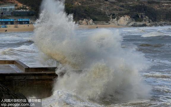 连云港海域7级大风掀巨浪