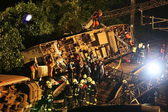 台湾铁路列车出轨事故致18人死亡 深夜持续救援