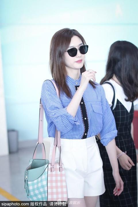 组图:江疏影现身首都机场 蓝色衬衫搭配白色短裤清新自然