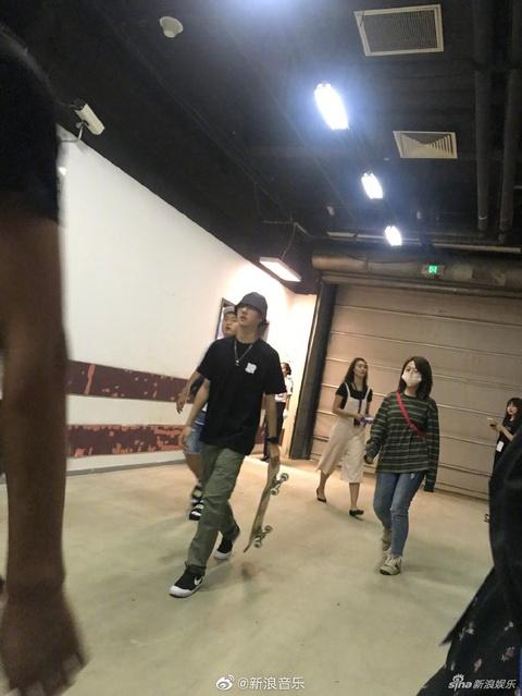 組圖:楊紫歐陽娜娜等觀看張藝興北京演唱會 王一博帶滑板現身