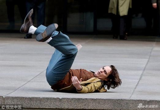 """组图:杰昆·菲尼克斯拍戏玩真摔 狂奔倒地与硬石板""""亲密接触"""""""
