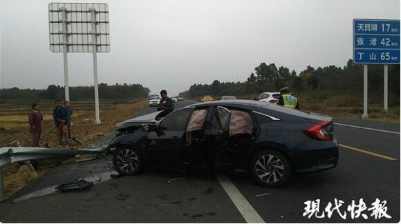 司机开车时打瞌睡 轿车被护栏穿膛