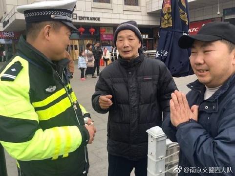 民警维护灯会执勤偶遇85岁老人问路