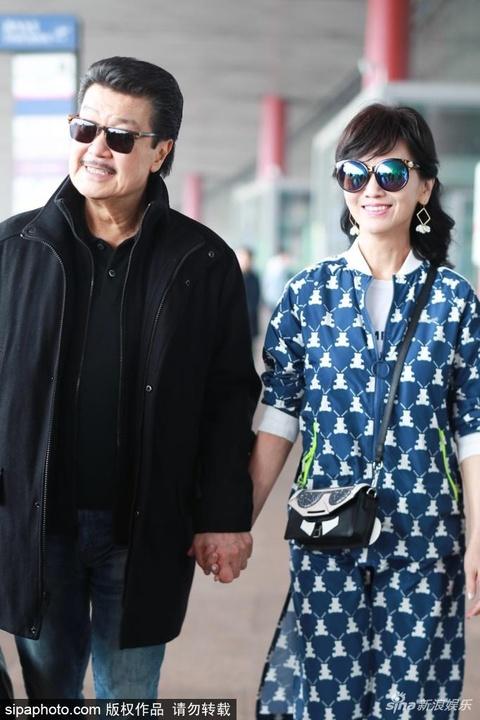 組圖:趙雅芝和老公現身北京機場 倆人緊牽著手恩愛十足