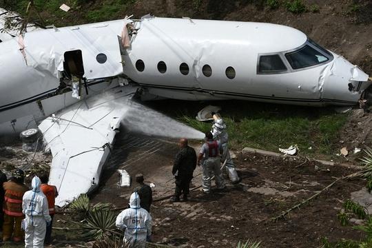 洪都拉斯一飞机降落滑出跑道 至少6名美籍乘客受伤