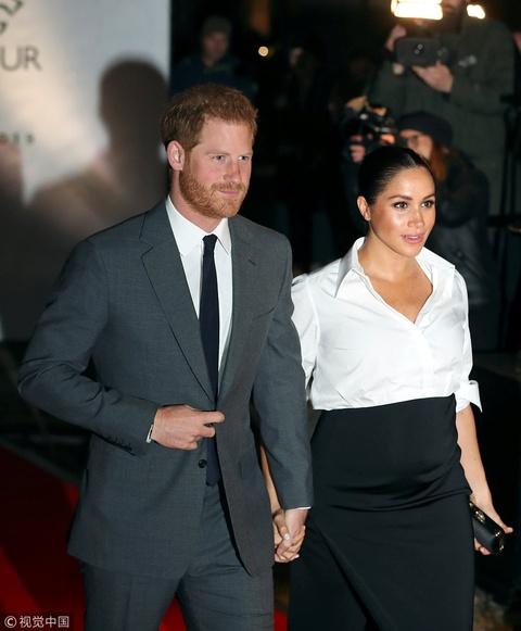 组图:梅根王妃挺孕肚出席颁奖仪式 与哈里王子牵手秀恩爱