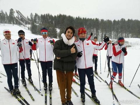 组图:王凯探访冬奥国家队集训地 滑雪场合照不停超暖心
