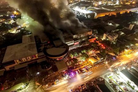 菲律宾南部发生6.3级地震 当地一商场震后起火