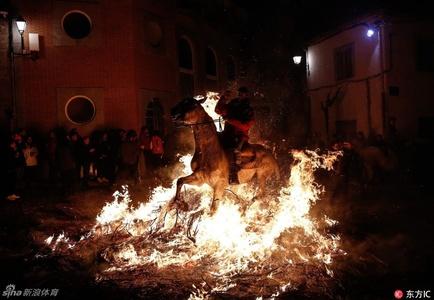 西班牙小镇居民纪念圣安东尼节 骑着马穿越火海