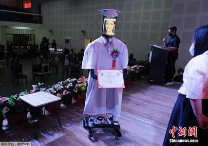 菲律宾一学校办特殊毕业典礼 学生隔空参加