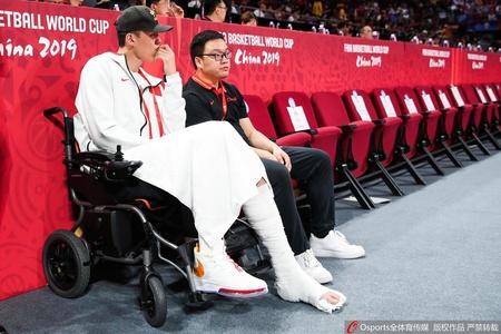 周鹏乘轮椅现身赛场为球队助阵