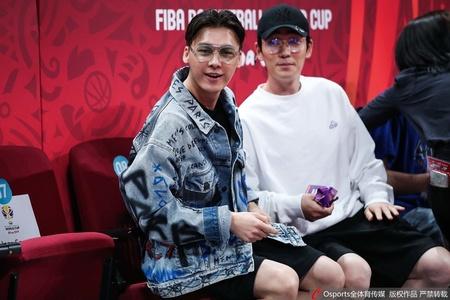 李易峰、朱一龙场边观战中国男篮首战