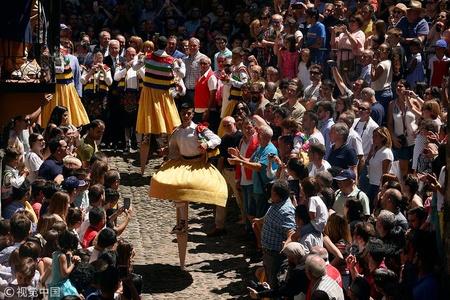 西班牙:少男穿裙子踩高跷跳舞