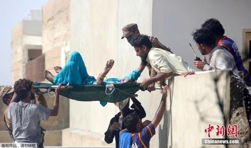 巴基斯坦客机坠毁 伤者被抬出废墟
