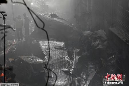 巴基斯坦坠机现场 废墟中寻找幸存者