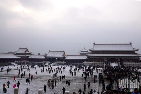 北京迎今冬初雪 游客扎堆游览挤爆雪后故宫